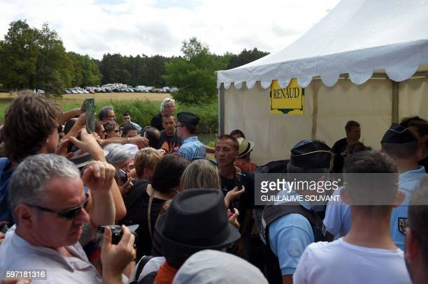 People gather for an autographsigning session by French singer Renaud Séchan during the 21th book fair La Foret Des Livres on August 28 2016 in...