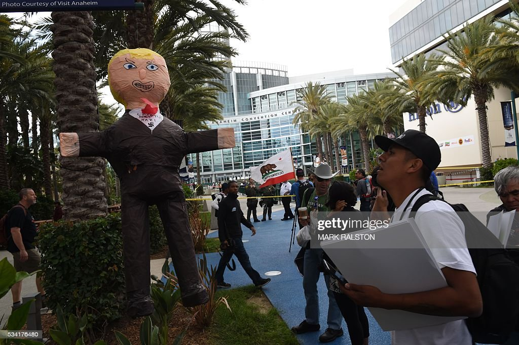 People gather outside the Anaheim Convention Center before Republican presidential candidate Donald Trump speaks on May 25, 2016 in Anaheim, California. / AFP / Mark Ralston