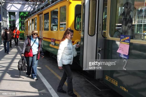 Menschen in einer Seilbahn an Lauterbrunnen railway station