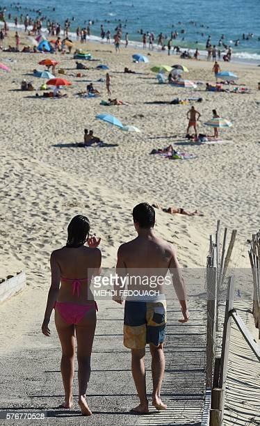 People go to the beach on July 17 2016 in Biscarrosse southwestern France / AFP / MEHDI FEDOUACH