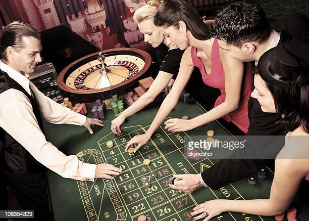 Personnes passent un bon moment dans un casino.