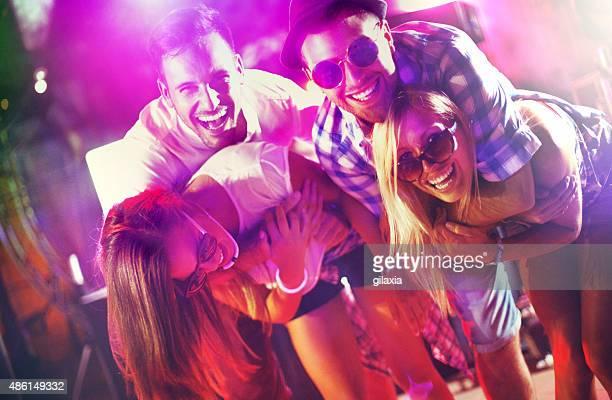Les gens s'amusant à la fête.