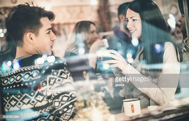 Persone che si diverte in un caffè.