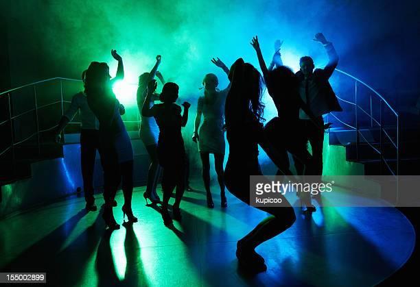 Personnes qui sur la piste de danse dans un club de nuit