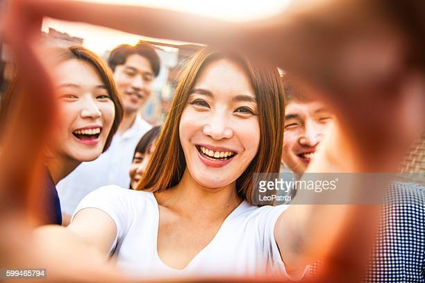 Menschen Spaß haben, ein Selfie aufnehmen alle zusammen auf party