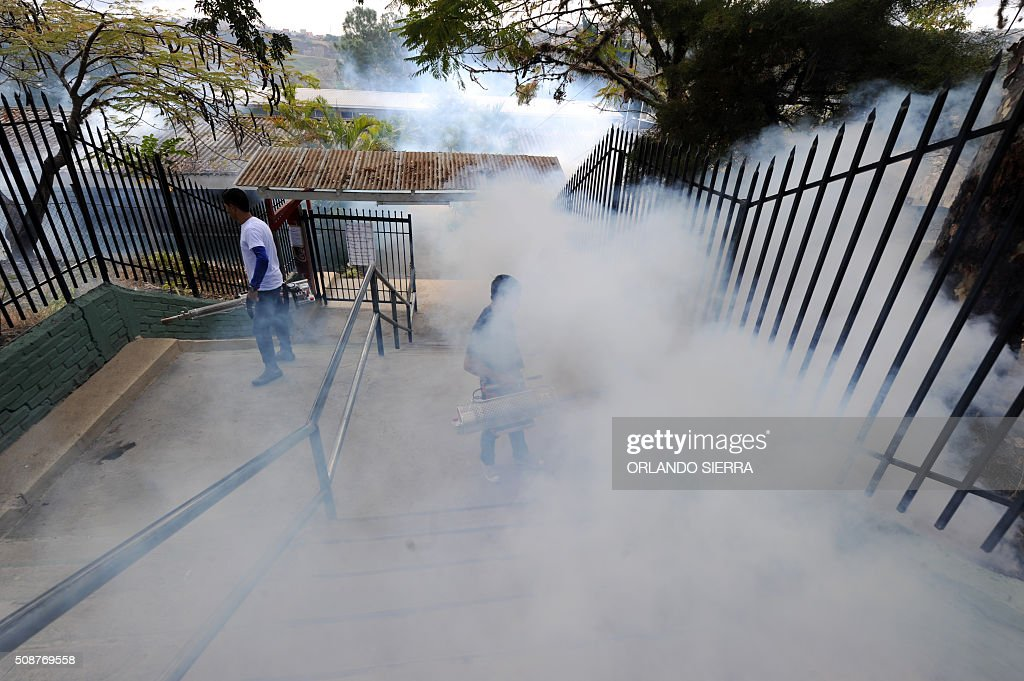 People help soldiers fumigate in the fight against Aedes Aegypti mosquito that transmits Zika virus, as well as viral diseases such as dengue and chikungunya, in Tegucigalpa on February 6, 2016. Honduras on Mondayy declared a state of emergency after officials said the number of Zika infections was rising at an 'alarming' rate in the Central American country. Since December 16, when the first case of the mosquito-borne virus was detected, there have been more that 4,000 cases of people infected with the virus in Honduras. AFP PHOTO / ORLANDO SIERRA / AFP / ORLANDO SIERRA