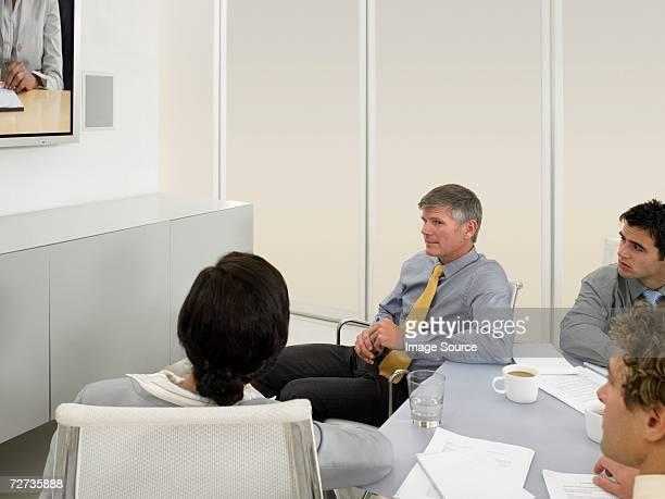 Menschen in einer Videokonferenz meeting