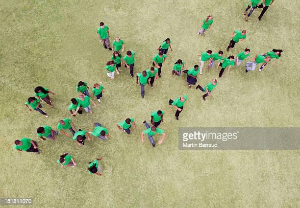 Menschen in green t-shirts zu Fuß in Feld