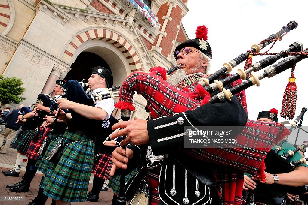 People in kilt play bagpipes during a ceremony to commemorate the centenary of the battle of the Somme, one of the deadliest of the World War I (1.2 million killed, missing and wounded in five months), on June 30, 2016 in Albert, northern France. / AFP / FRANCOIS
