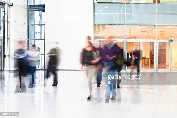 Gente en movimiento en el interior