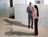 Menschen im Büro mit vermeiden Schatten