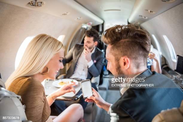 Menschen in privaten Jet-Flugzeug