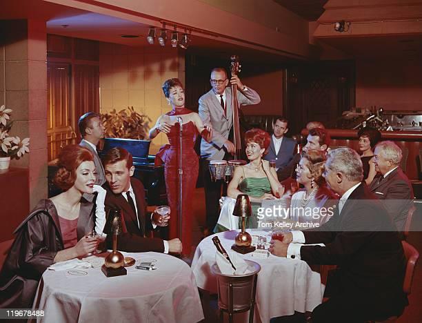 Personnes au restaurant écoute spectacle musical