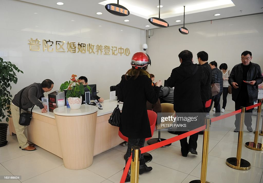 People line up at an office to register for marriage or divorce in Shanghai on March 6, 2013. Chinese couples are flocking to divorce to evade a new tax on home sales after the government cracked down on property speculation, the Shanghai Daily newspaper reported on March 6. AFP PHOTO / Peter PARKS