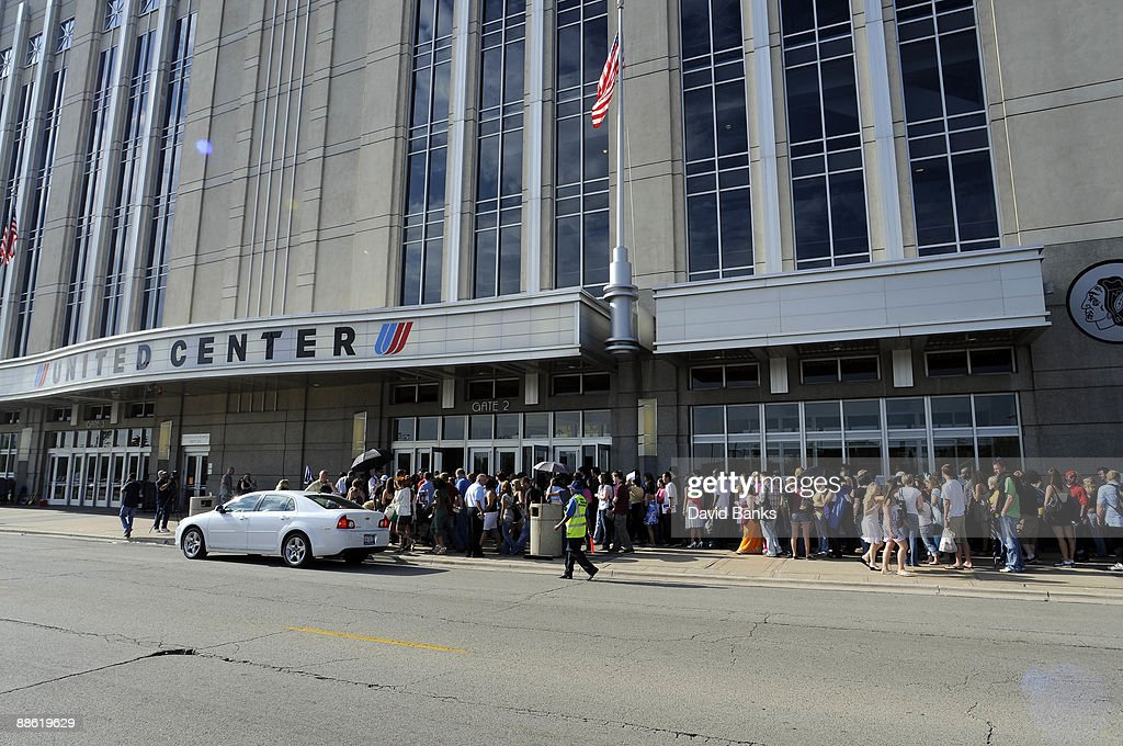 People line up outside of the United Center to audition for season nine of American Idol June 22 in Chicago
