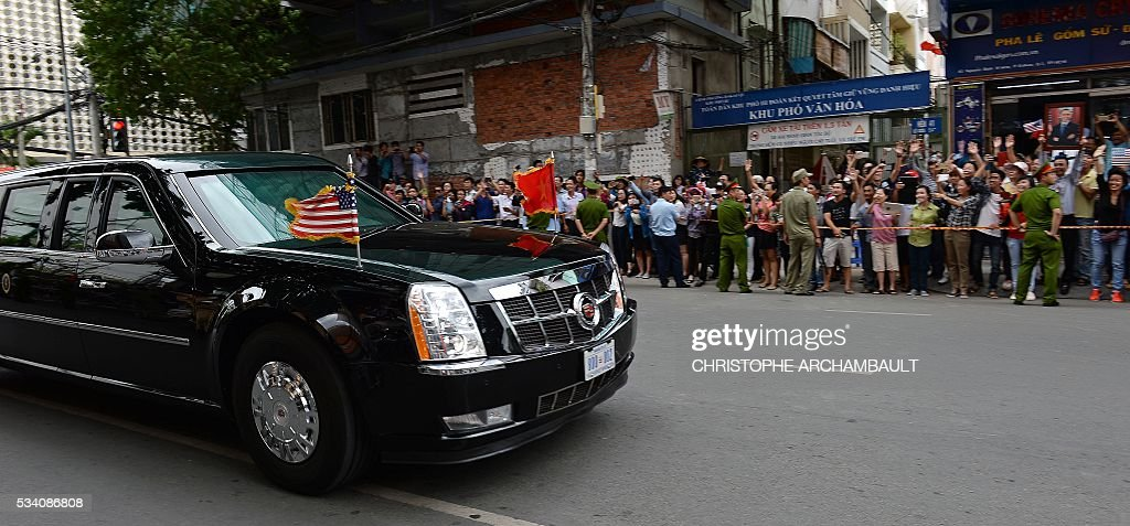 People line up the streets to catch a glimpse of US President Barack Obama whose motorcade passes by on his way to the airport at the end of two-day visit to Ho Chi Minh City on May 25, 2016. Obama fielded questions on May 25 on everything from rap and weed smoking to leadership and his good looks at a lively town hall-style meeting with young Vietnamese, who say the US leader is a far cry from their staid Communist rulers. / AFP / CHRISTOPHE