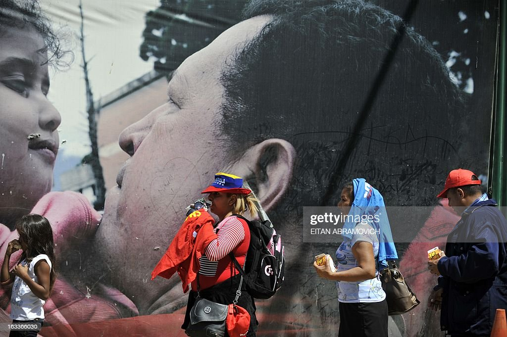 People line up to pay their respects to late Venezuelan President Hugo Chavez in Caracas on March 8, 2013. Latin American leaders and US foes paid tribute to Venezuelan leader Hugo Chavez on Friday as he lay in state in a flag-draped coffin during a lavish state funeral before the nation swears-in an interim president. AFP PHOTO/Eitan Abramovich
