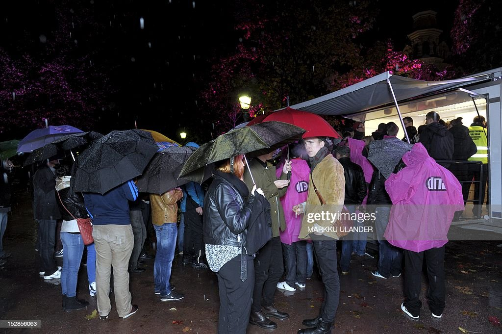 People line up to purchase the new Apple iPhone 5 mobile phone that went on sale in Finland at midnight on September 28, 2012 in Helsinki. Finnish phone operator DNA offered its clients the chance to purchase the first iPhones at the Esplanade Park in Central Helsinki. AFP PHOTO / LEHTIKUVA / Markku Ulander