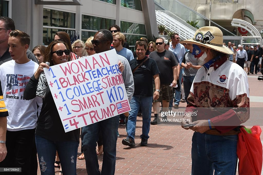 People line up to see republican presidential candidate Donald Trump will speak in San Diego, California on May 27, 2016. / AFP / Mark Ralston