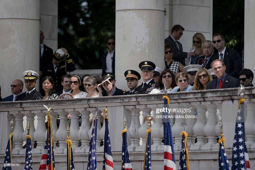 People listen as US President Barack Obama speaks during an event to honor Memorial Day at Arlington National Cemetery on May 30, 2016 in Arlington, Virginia. / AFP / Brendan Smialowski