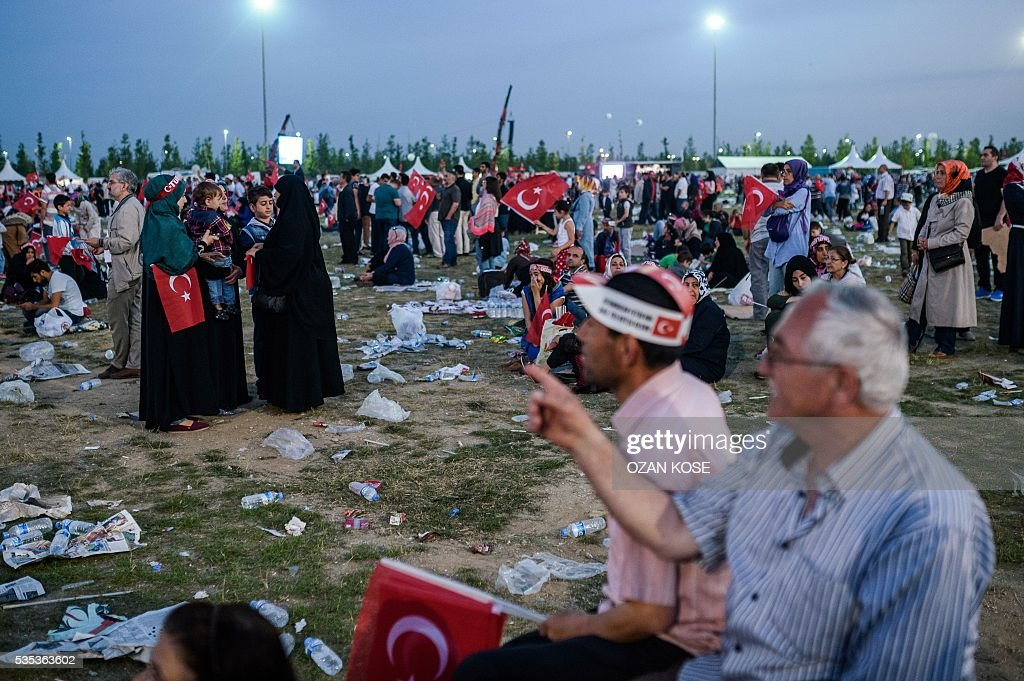 People listen to Turkish President Recep Tayyip Erdogan (unseen) speaking during a rally to mark the 563rd anniversary of the conquest of Istanbul by Ottoman Turks on May 29, 2016 in Istanbul. / AFP / OZAN