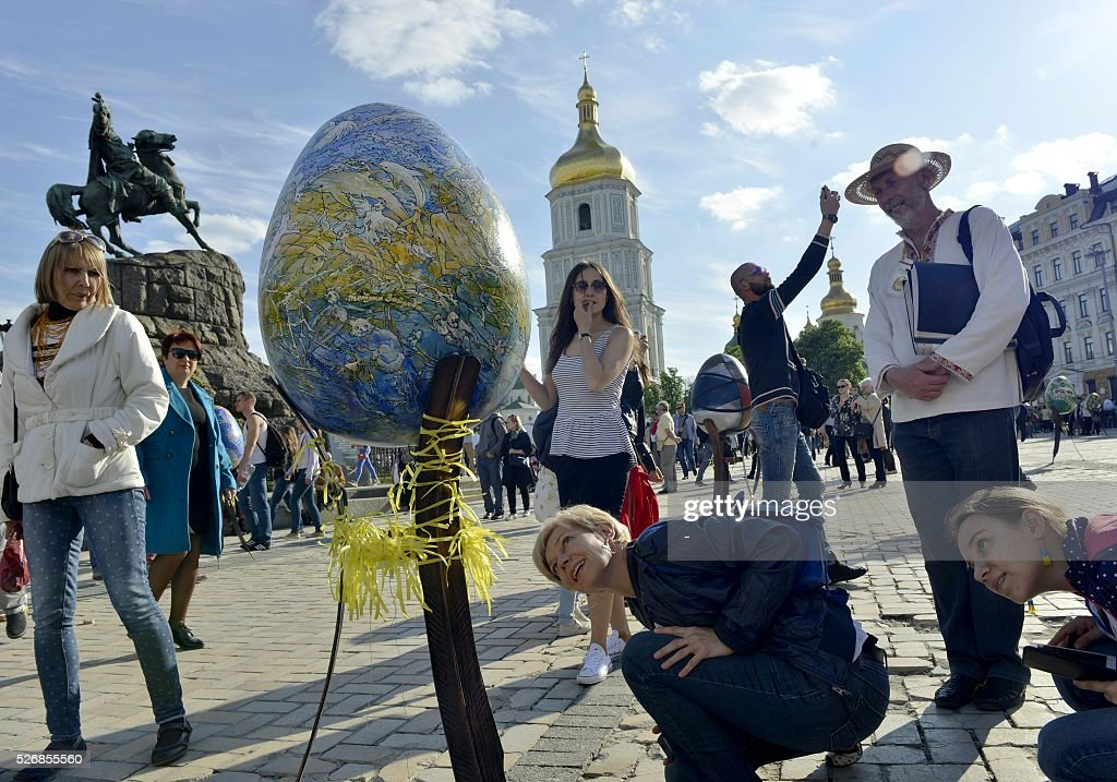 People look at a huge 'Pysanka', a traditional Easter egg, during the celebrations of Orthodox Easter as part of the Pysanka festival in Kiev on May 1, 2016. 374 huge eggs and 40 000 small ones decorated by Ukrainian artists are displayed at St. Sophiya square in Kiev. / AFP / -