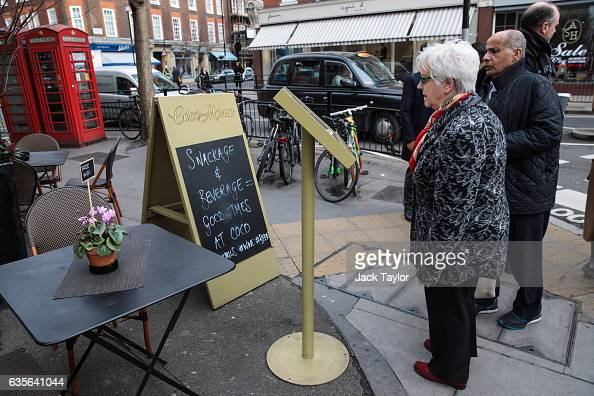 People look at a menu outside a restaurant in Marylebone on February 16 2017 in London England The Association for Licensed Multiple Retailers have...