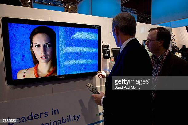 People look over the Philips 42' PFL 5630D LCD TV which won the CNET Best of Show at the 2008 International Consumer Electronics Show at the Las...