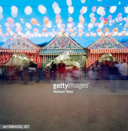 People looking at stalls in outdoor market : Stock Photo