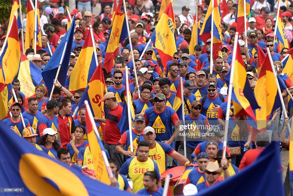 People march to mark International Workers' Day, in San Salvador, on May 1, 2016. / AFP / Marvin RECINOS