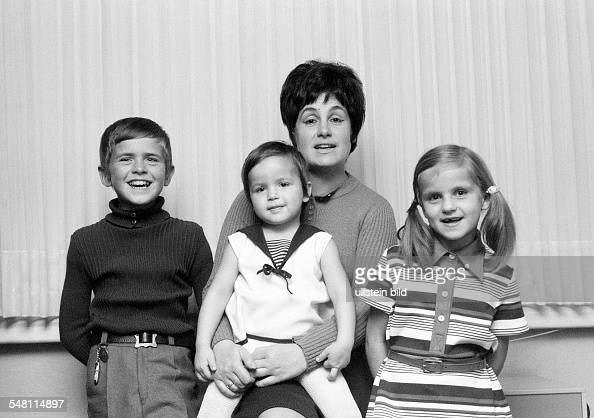 people mother and three children posing woman aged 30 to 35 years boy aged 10 to 12 years two girls aged 3 to 4 years aged 7 to 9 years Doris Frank...