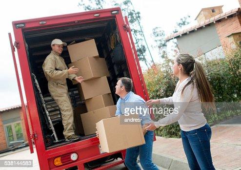 Persone di casa e caricamento di van