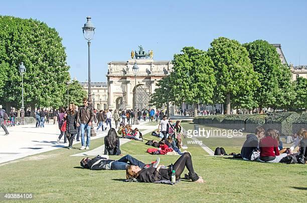 Personnes à proximité du Louvre, à Paris