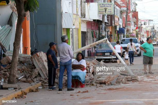 People observe the damages after a 80magnitude earthquake hit Mexico through the southern coast of Oaxaca on September 08 2017 in Juchitan Oaxaca The...