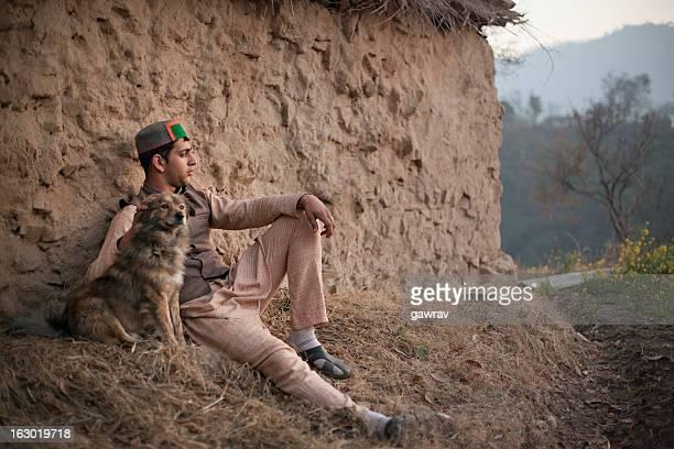 Menschen Himachal Pradesh: Zuversichtlich junger Mann mit mobile pho-Tempel