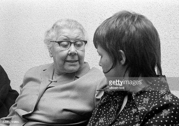 people older woman and young woman talking aged 70 to 80 years aged 20 to 25 years Monika Christmas Christmas Eve for single people in Bottrop Ruhr...