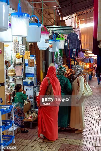 Menschen auf dem Straßenmarkt Marrakesch, Marokko, Nordafrika