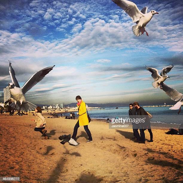 Menschen auf La Barceloneta Beach in Barcelona, Spanien