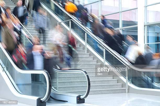 人々の階段やエスカレーター、アクションショット