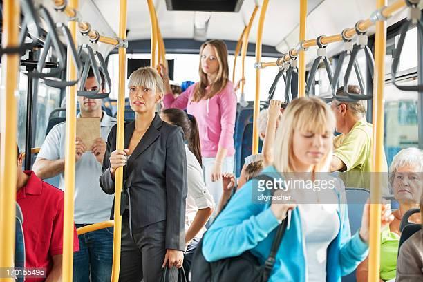 Personas en el autobús.
