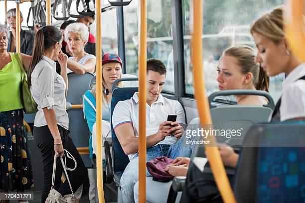 Persone in autobus.