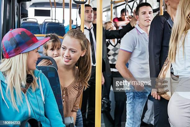 Gens dans le bus.