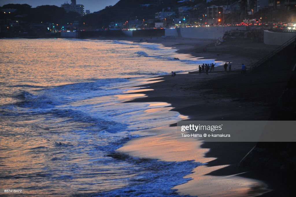 People on the sunset beach in Kamakura city in Kanagawa prefecture in Japan : ストックフォト