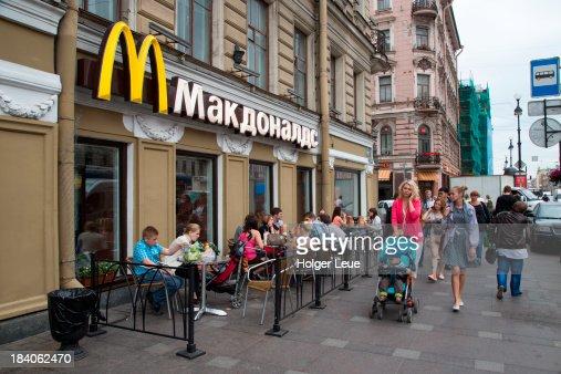 People Outside Mcdonalds On Nevsky Prospect Foto de stock ...