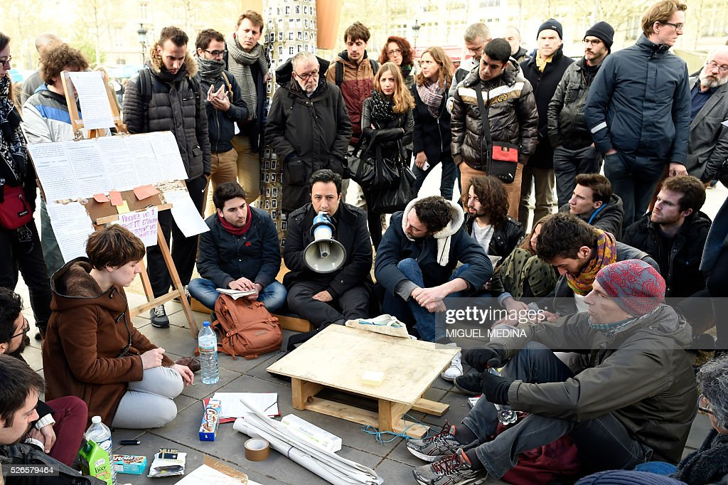 People participate in a workshop during the 'Nuit Debout' (Up All Night) movement against the French government's proposed labour reforms at the Place de la Republique in Paris on April 30, 2016. / AFP / MIGUEL