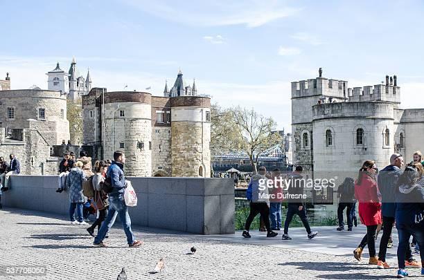 Les gens passer outre la Tour de Londres.