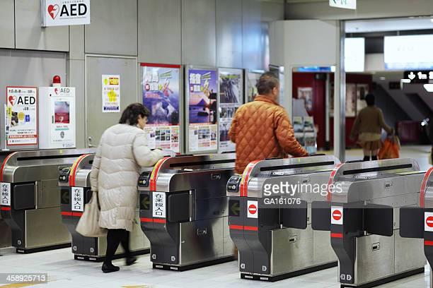 を通り過ぎる人々の鹿児島中央駅の自動改札機