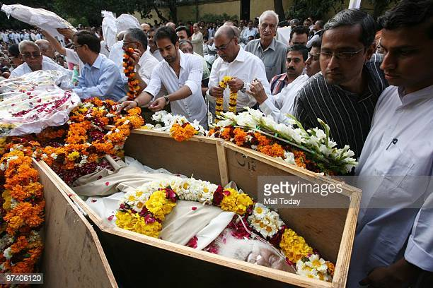 People pay floral tribute to RSS veteran Nananji Deshmukh who passed away in New Delhi on Sunday on February 28 2010