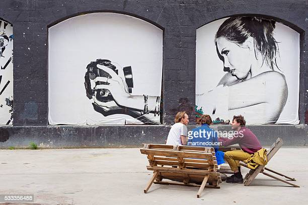 Menschen picniking im Espace Darwin Bordeaux, Frankreich.