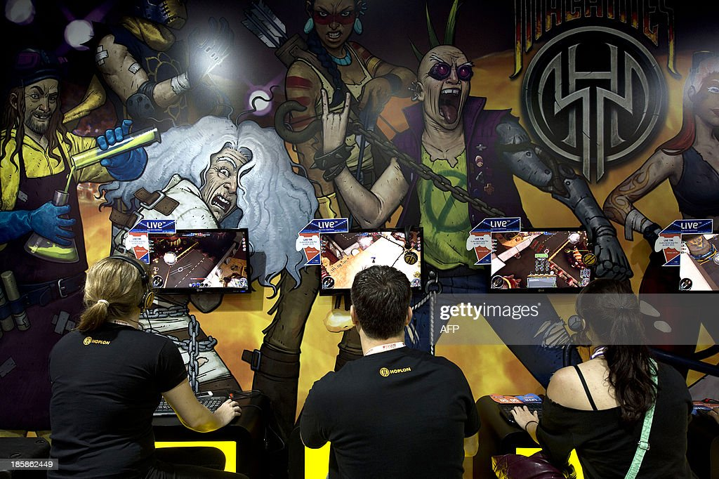 People play video games at the Brazil Game Show, an annual trade fair for the video games industry, the biggest of Latin America, in Sao Paulo, Brazil on October 25, 2013. AFP PHOTO / Nelson ALMEIDA